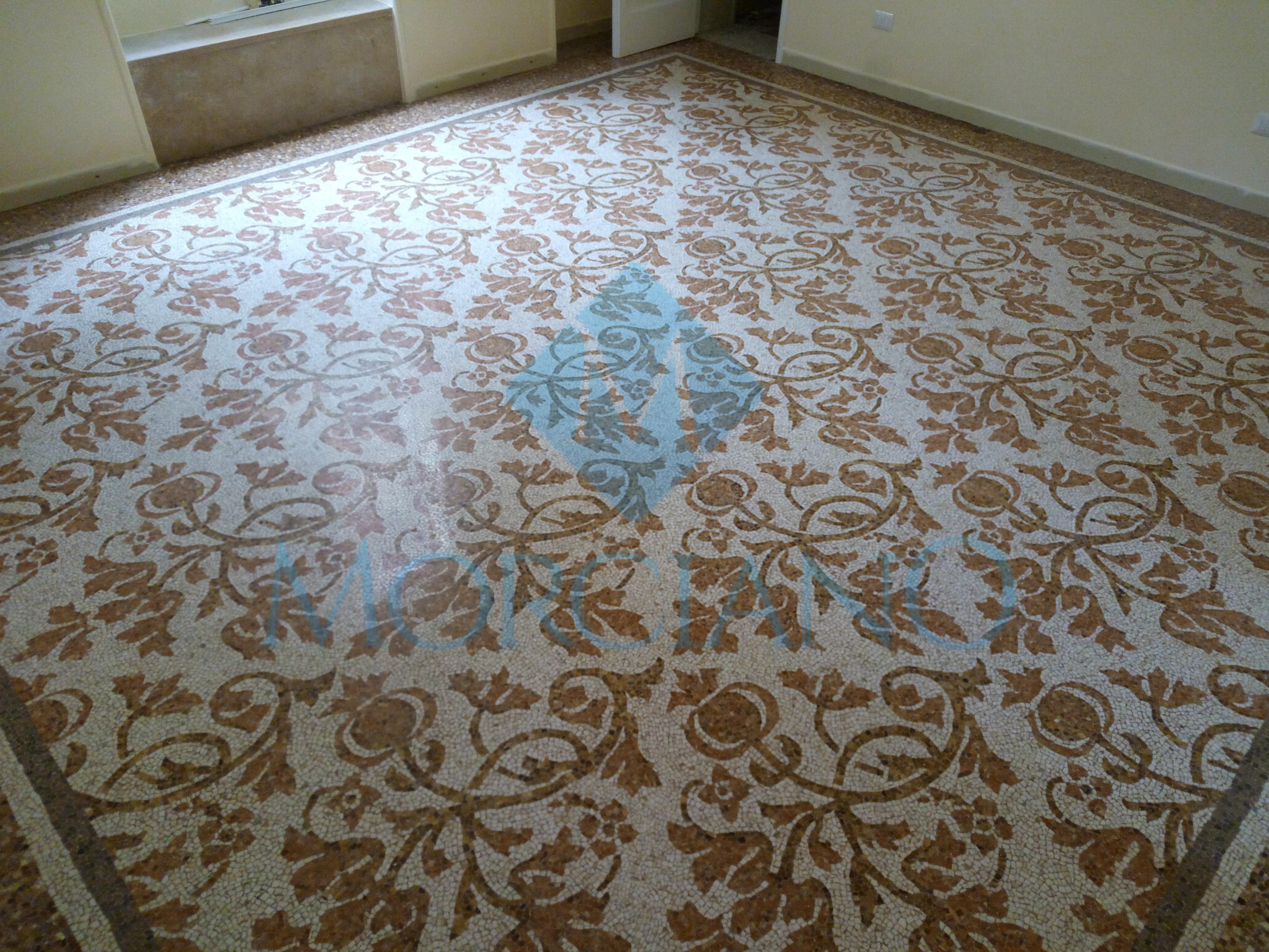 Levigatura e lucidatura di un pavimento a mosaico